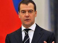 Medvedev, Davutoğlu'nu kutladı