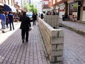 Belediyeyi protesto için yol ortasına duvar ördü