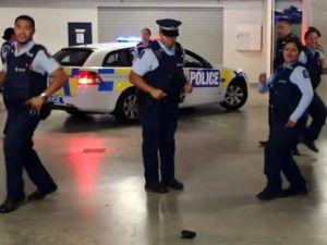 Polislere bile dans ettiren internetin yeni akımı!