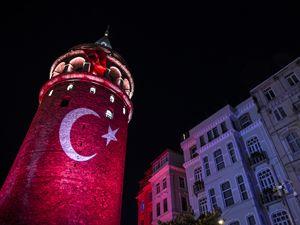 Galata Kulesi'ne Türk Bayrağı yansıtması