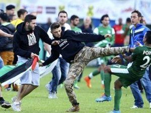 Filistin bayraklarıyla sahaya girdiler