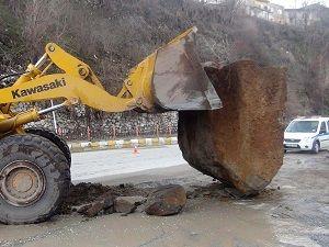Bitlis-Tatvan karayoluna kayalar düştü