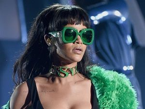 Rihanna sahneye helikopterle indi